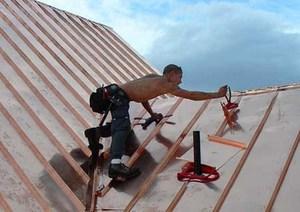 Монтаж профнастила на крыше
