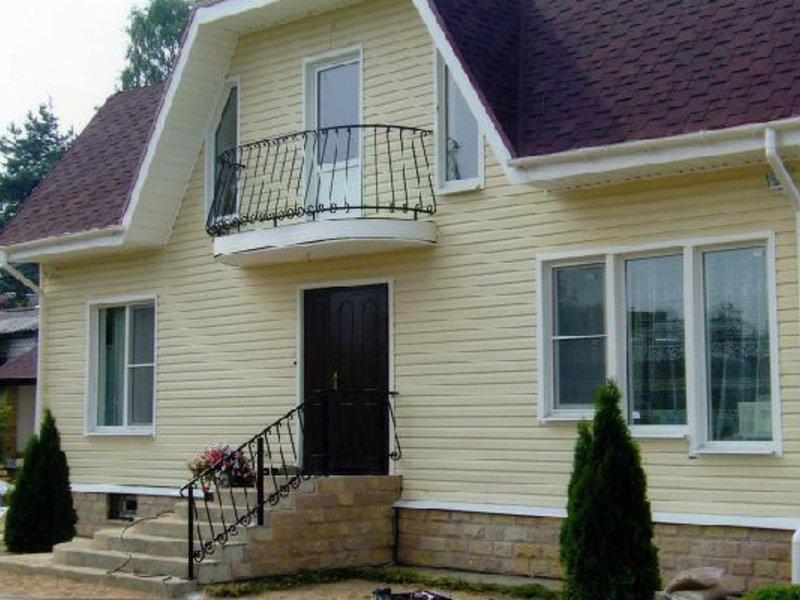Правила строительства балкона в частном доме.