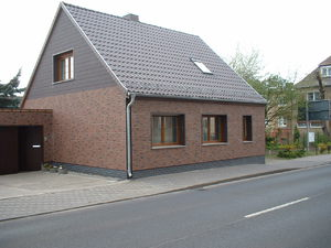 Фасад с фронтоном кирпичного дома